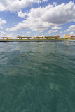 Изумительные взгляды над бассейном с деревянными loungers солнца Стоковые Фотографии RF