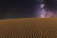 Изумительные взгляды пустыни Гоби под звёздным небом стоковая фотография