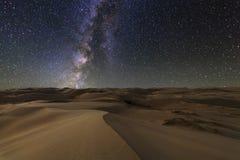 Изумительные взгляды пустыни Гоби под звёздным небом стоковое изображение rf