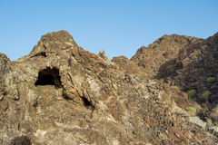 Изумительные красивые скалистые горы благоустраивают взгляд с малой пещерой Стоковое фото RF