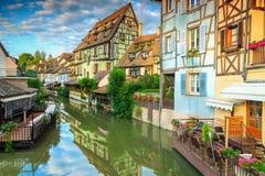 Изумительные средневековые полу-timbered фасады отражая в воде, Кольмаре, Франции Стоковое Изображение