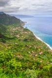 Изумительный ландшафт с малой деревней Arco de Sao Джордж на Норт-Сайд Мадейры от точки зрения Cabanas, Португалии Стоковое Фото
