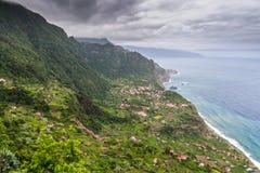 Изумительный ландшафт с малой деревней Arco de Sao Джордж на Норт-Сайд Мадейры от точки зрения Cabanas, Португалии Стоковые Фото