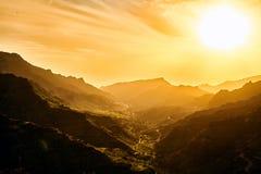 Изумительный взгляд горных пиков с красивыми облаками на заходе солнца Положение: Тенерифе, Канарские острова, Испания наконечник Стоковые Фото