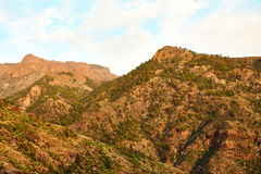 Изумительный взгляд горных пиков с красивыми облаками на заходе солнца Положение: Тенерифе, Канарские острова, Испания наконечник Стоковое Изображение