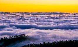 Изумительный взгляд горных пиков с красивыми облаками на заходе солнца Стоковое фото RF
