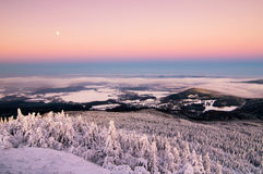 Изумительный взгляд от насмеханного горного пика Типичное снежное утро, чехия Стоковые Изображения RF