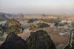 Изумительный взгляд панорамы полей, известковых скал и mo риса Стоковое Изображение