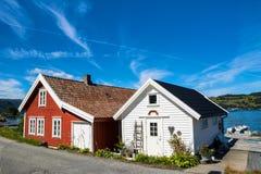 Изумительный взгляд природы с красивыми домами на береге fj стоковое изображение rf