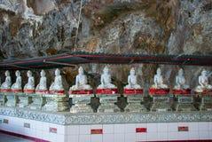 Изумительный взгляд статуй Buddhas серии и религиозный высекать на известковой скале в священной пещере Hpa-An, Мьянма Бирма стоковые изображения rf