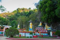 Изумительный взгляд статуй Buddhas серии и религиозный высекать на известковой скале в священной пещере Hpa-An, Мьянма Бирма Стоковое фото RF