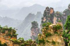 Изумительный взгляд узкой естественной стены гор воплощения утеса Стоковое Фото