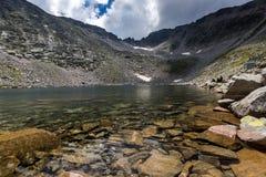Изумительный взгляд Ledenoto & x28; Ice& x29; Озеро и пик Musala, гора Rila Стоковые Фотографии RF
