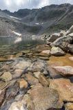 Изумительный взгляд Ledenoto & x28; Ice& x29; Озеро, пик Musala и Trionite, гора Rila Стоковое Изображение RF