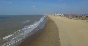 Изумительный воздушный отснятый видеоматериал берега и моря пляжа развевает Летание трутня вдоль береговой линии Гааги акции видеоматериалы