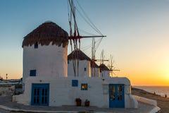 Изумительный заход солнца и белые ветрянки на острове Mykonos, Греции Стоковые Фото