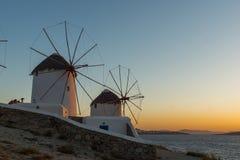 Изумительный заход солнца и белые ветрянки на острове Mykonos, Греции Стоковая Фотография
