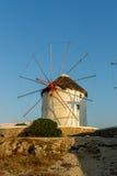 Изумительный заход солнца и белые ветрянки на острове Mykonos, Греции Стоковое Изображение