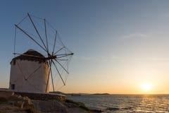 Изумительный заход солнца и белые ветрянки на острове Mykonos, Греции Стоковые Изображения