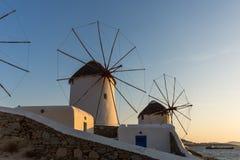 Изумительный заход солнца и белые ветрянки на острове Mykonos, Греции Стоковое фото RF