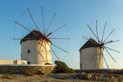 Изумительный заход солнца и белые ветрянки на острове Mykonos, Греции Стоковое Фото