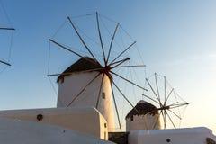 Изумительный заход солнца и белые ветрянки на острове Mykonos, Греции Стоковые Фотографии RF