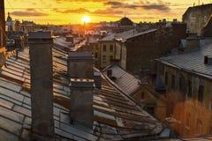 Изумительный заход солнца на крышах StPetersburg в России Путешествия Стоковое фото RF