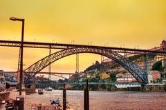 Изумительный заход солнца над мостом Dom Луис в Порту стоковая фотография