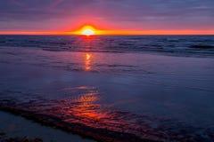 Изумительный заход солнца пляжа, Балтийское море Стоковая Фотография RF
