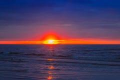Изумительный заход солнца пляжа с красивым небом, Гаваи Стоковая Фотография