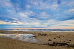 Изумительный заход солнца пляжа с красивым небом Стоковое Фото