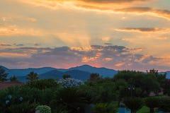 Изумительный заход солнца среди холмов и облаков Стоковое Изображение RF