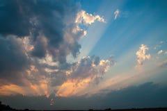 Изумительный заход солнца с мощными солнечными лучами Стоковое Изображение RF