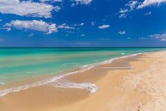 Изумительный золотой пляж песка около Monopolli Capitolo, зоны Apulia, южной Италии Стоковая Фотография