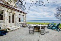 Изумительный каменный дом с взглядом района патио Стоковое Изображение RF