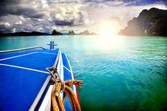 Изумительный красивый вид моря, шлюпки и облаков Отключение к Азии, Таиланду стоковые фотографии rf