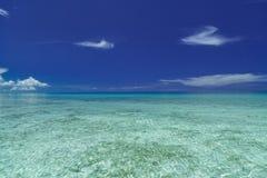Изумительный красивый приглашая естественный взгляд океана кубинського пляжа спокойного против синей милой предпосылки неба Стоковые Фотографии RF