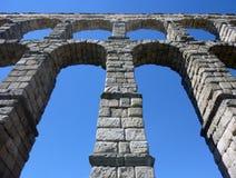 изумительный мост-водовод 5 28 93 под метрами ног над римским селом segovia малым Испании towering Стоковые Изображения RF