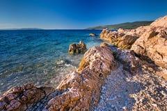 Изумительный пляж с cristalic чистой морской водой с соснами внутри стоковая фотография