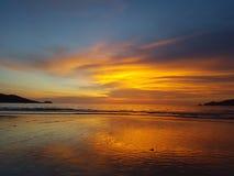 Изумительный пляж Patong захода солнца, Пхукет, Таиланд Стоковые Изображения