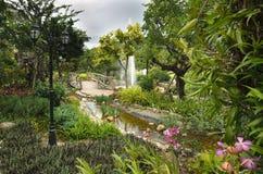Изумительный сад с деревянным мостом, chanal, садами, сочным зеленым цветом Стоковое Изображение