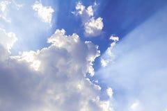 Изумительный свет солнца с белым облаком Стоковое фото RF