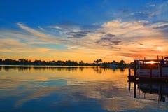 Изумительный тропический заход солнца восхода солнца залива лагуны Стоковые Изображения