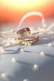 2 изумительных золотых сияющих кольца Стоковые Фото