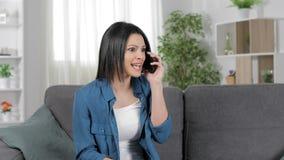 Изумленная женщина говоря по телефону видеоматериал