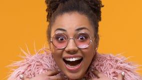 Изумленная стильная женщина в розовых eyeglasses смотря камеру, выражение ободрения акции видеоматериалы