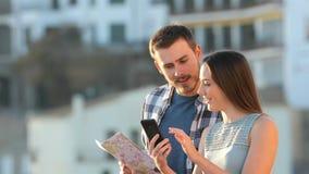 Изумленные туристы находя записывая предложение видеоматериал