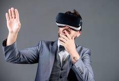 Изумленный взгляд виртуальной реальности Современное дело будущая технология человек носит беспроводные стекла VR Будущее и новов стоковое изображение rf