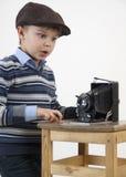 Изумленный маленький фотограф стоковые фотографии rf