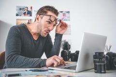 Изумленный человек печатая в цифровом приборе стоковые фото